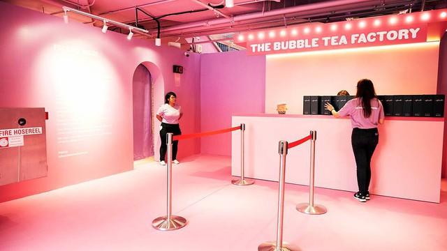 Bảo tàng trà sữa đầu tiên trên thế giới: Ngập tràn màu hồng và tím, lọt hố trân châu khổng lồ hơn 100.000 viên và nhiều trải nghiệm thú vị khác - Ảnh 1.