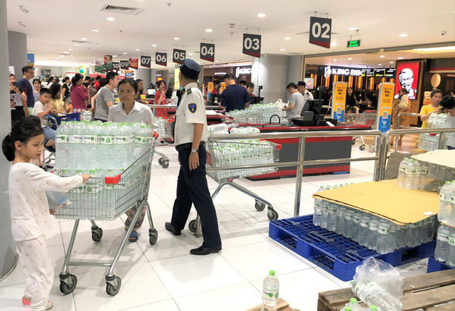 Cảnh tượng chưa từng thấy ở siêu thị Hà Nội sau tin nhà máy nước sông Đà cắt nước - Ảnh 1.