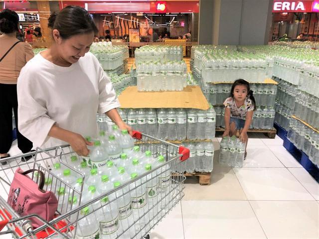 Cảnh tượng chưa từng thấy ở siêu thị Hà Nội sau tin nhà máy nước sông Đà cắt nước - Ảnh 2.