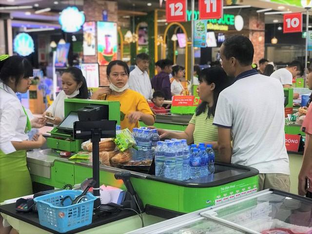 Cảnh tượng chưa từng thấy ở siêu thị Hà Nội sau tin nhà máy nước sông Đà cắt nước - Ảnh 3.
