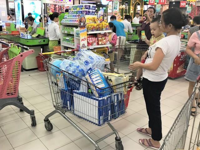 Cảnh tượng chưa từng thấy ở siêu thị Hà Nội sau tin nhà máy nước sông Đà cắt nước - Ảnh 6.