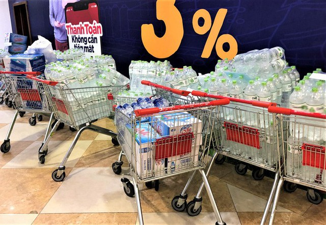 Cảnh tượng chưa từng thấy ở siêu thị Hà Nội sau tin nhà máy nước sông Đà cắt nước - Ảnh 8.