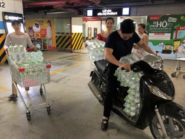 Cảnh tượng chưa từng thấy ở siêu thị Hà Nội sau tin nhà máy nước sông Đà cắt nước - Ảnh 9.