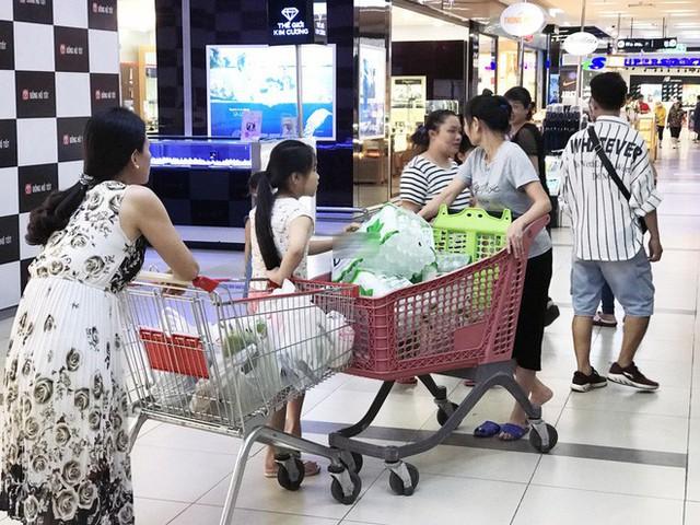 Cảnh tượng chưa từng thấy ở siêu thị Hà Nội sau tin nhà máy nước sông Đà cắt nước - Ảnh 10.