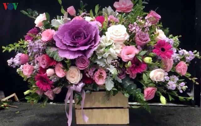 Thị trường 20/10 sôi động dù giá hoa tươi, quà tặng không hề rẻ - Ảnh 1.