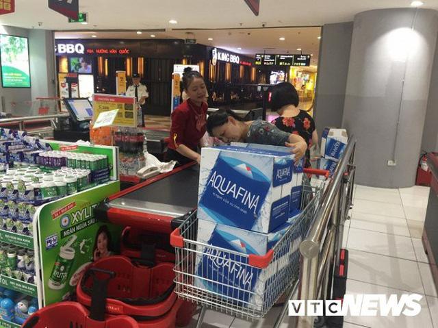 Nước sạch được cấp lại, dân vẫn kéo đi mua nước đóng chai về dùng - Ảnh 1.