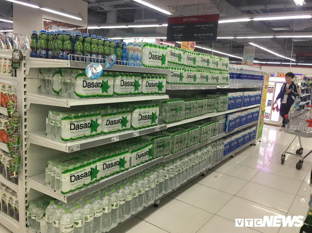 Nước sạch được cấp lại, dân vẫn kéo đi mua nước đóng chai về dùng - Ảnh 2.