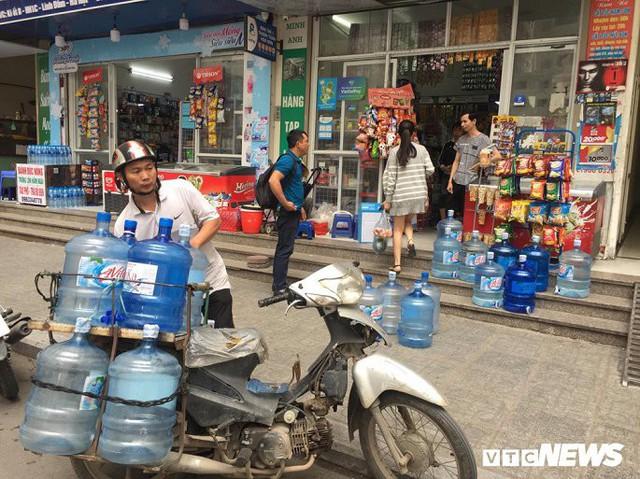 Nước sạch được cấp lại, dân vẫn kéo đi mua nước đóng chai về dùng - Ảnh 11.