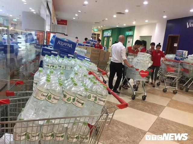 Nước sạch được cấp lại, dân vẫn kéo đi mua nước đóng chai về dùng - Ảnh 3.