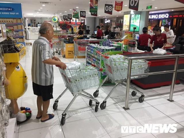 Nước sạch được cấp lại, dân vẫn kéo đi mua nước đóng chai về dùng - Ảnh 5.