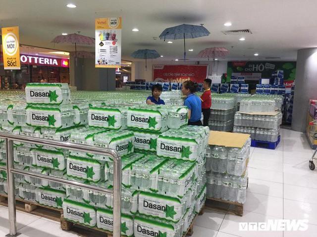Nước sạch được cấp lại, dân vẫn kéo đi mua nước đóng chai về dùng - Ảnh 6.