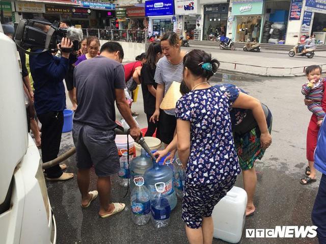 Nước sạch được cấp lại, dân vẫn kéo đi mua nước đóng chai về dùng - Ảnh 7.