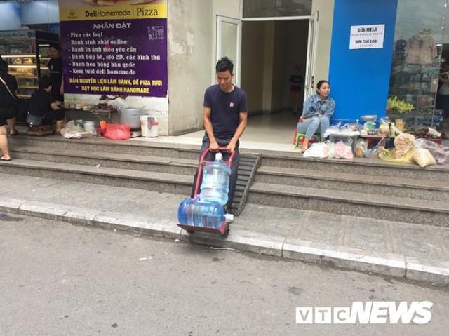 Nước sạch được cấp lại, dân vẫn kéo đi mua nước đóng chai về dùng - Ảnh 8.