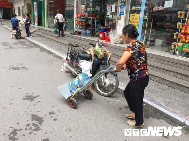 Nước sạch được cấp lại, dân vẫn kéo đi mua nước đóng chai về dùng - Ảnh 9.