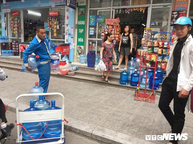 Nước sạch được cấp lại, dân vẫn kéo đi mua nước đóng chai về dùng - Ảnh 10.