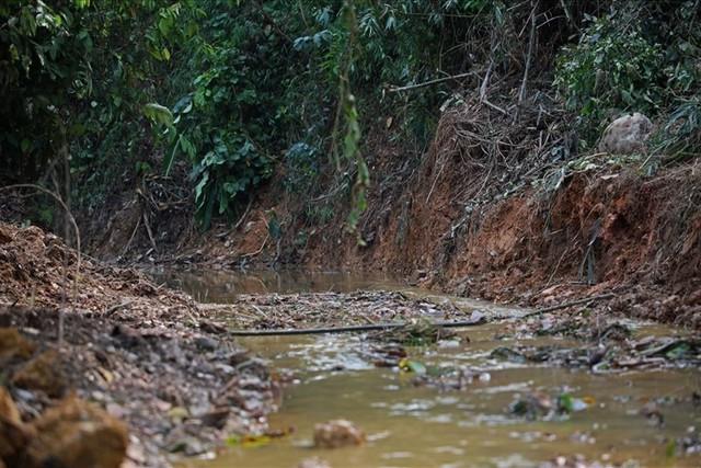 Toàn cảnh vụ đổ trộm dầu thải khiến người dân lao đao khát nước sạch - Ảnh 13.