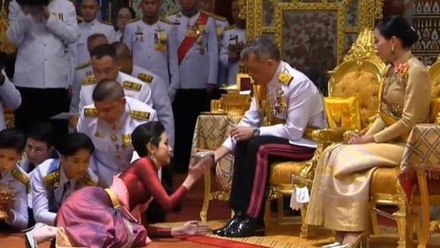 Nhìn lại 3 tháng ngắn ngủi tại vị của Hoàng quý phi Thái Lan mới thấy rõ những điều bất thường từ trước - Ảnh 1.