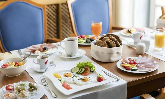 Lý do khách sạn thường phục vụ bữa sáng miễn phí - Ảnh 1.