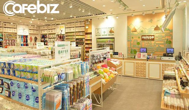Sản phẩm in tiếng Hàn vô nghĩa nhưng xuất xứ Trung Quốc, Mumuso bị điều tra đạo nhái thương hiệu Hàn Quốc và bị yêu cầu đóng cửa văn phòng - Ảnh 1.