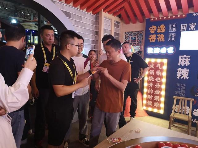 Được Jack Ma nếm thử, kẹo mút vị… lẩu cay Trùng Khánh cháy hàng trong một nốt nhạc, dân mạng đua nhau săn lùng với giá 100 nghìn/chiếc! - Ảnh 2.