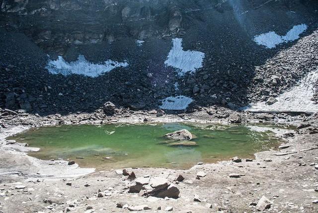 Bí ẩn chưa có lời giải về hồ nước chứa đầy xương người trên dãy Himalayas - Ảnh 1.