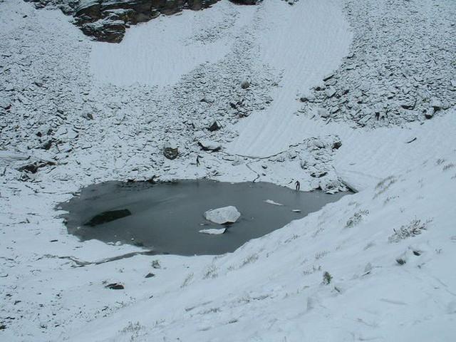Bí ẩn chưa có lời giải về hồ nước chứa đầy xương người trên dãy Himalayas - Ảnh 11.
