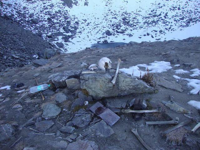 Bí ẩn chưa có lời giải về hồ nước chứa đầy xương người trên dãy Himalayas - Ảnh 13.