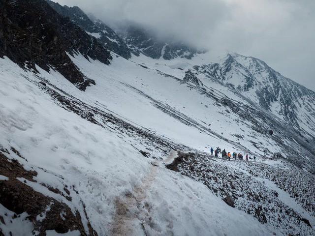 Bí ẩn chưa có lời giải về hồ nước chứa đầy xương người trên dãy Himalayas - Ảnh 15.