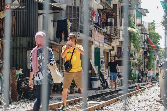 Hơn 2 tuần kể từ khi xóm cà phê đường tàu bị xóa sổ, hàng trăm du khách nước ngoài vẫn tìm đến xin được chụp ảnh - Ảnh 16.