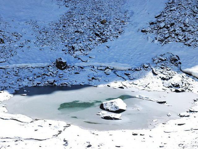 Bí ẩn chưa có lời giải về hồ nước chứa đầy xương người trên dãy Himalayas - Ảnh 17.