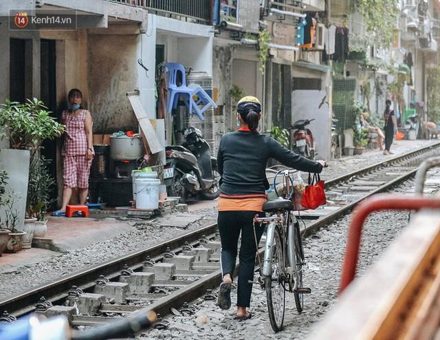 Hơn 2 tuần kể từ khi xóm cà phê đường tàu bị xóa sổ, hàng trăm du khách nước ngoài vẫn tìm đến xin được chụp ảnh - Ảnh 7.