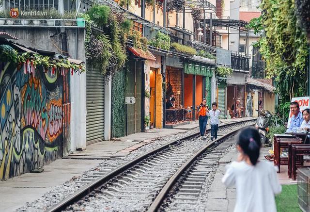 Hơn 2 tuần kể từ khi xóm cà phê đường tàu bị xóa sổ, hàng trăm du khách nước ngoài vẫn tìm đến xin được chụp ảnh - Ảnh 9.
