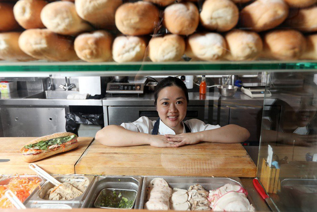 Báo ngoại kể câu chuyện bánh mì Việt: Từ khởi đầu khiêm tốn đến món ăn 'thần thánh' chinh phục cả thế giới, từ 20.000 đồng đến cả 100 USD/ổ nhưng không thiếu người muốn thử - Ảnh 1.