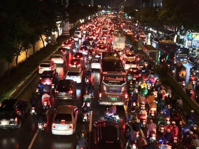 Đường phố Sài Gòn kẹt xe kinh hoàng sau cơn mưa chiều - Ảnh 1.