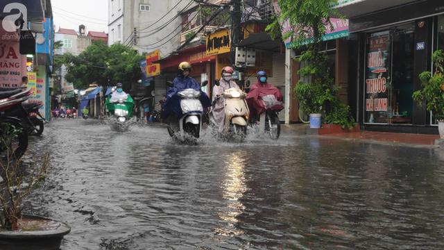 Hà Nội đón mưa lớn sau chuỗi ngày nắng hanh, người dân vui mừng vì ô nhiễm không khí được giảm đáng kể - Ảnh 1.