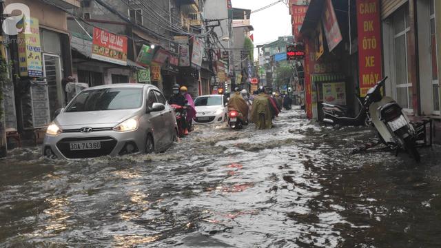 Hà Nội đón mưa lớn sau chuỗi ngày nắng hanh, người dân vui mừng vì ô nhiễm không khí được giảm đáng kể - Ảnh 2.