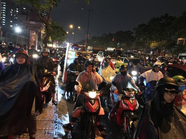 Đường phố Sài Gòn kẹt xe kinh hoàng sau cơn mưa chiều - Ảnh 10.