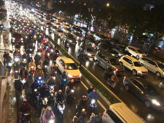 Đường phố Sài Gòn kẹt xe kinh hoàng sau cơn mưa chiều - Ảnh 2.