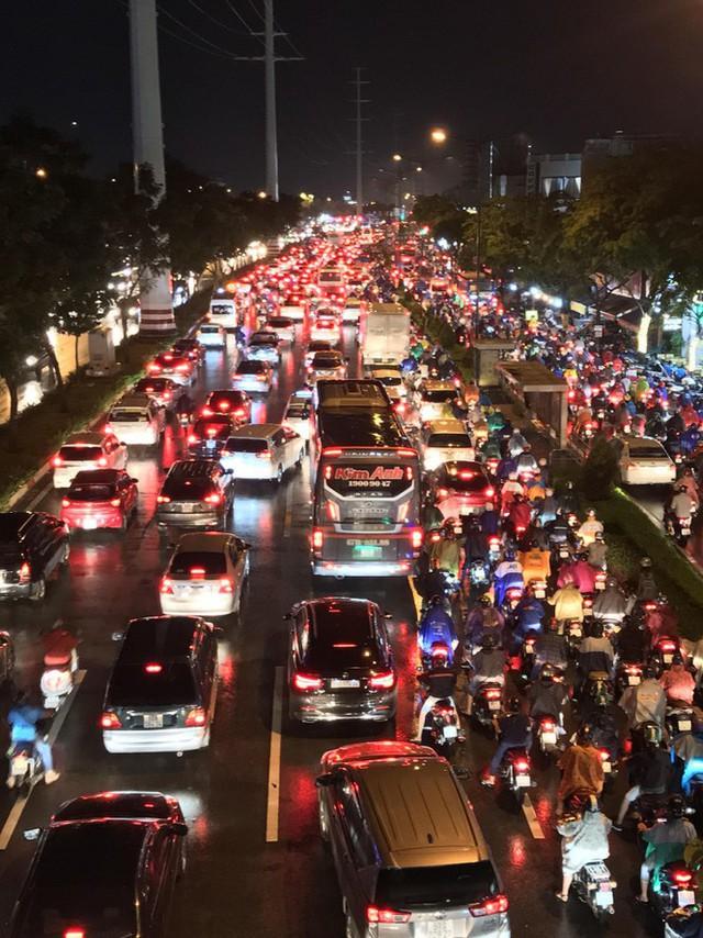Đường phố Sài Gòn kẹt xe kinh hoàng sau cơn mưa chiều - Ảnh 3.