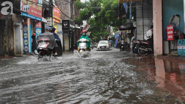 Hà Nội đón mưa lớn sau chuỗi ngày nắng hanh, người dân vui mừng vì ô nhiễm không khí được giảm đáng kể - Ảnh 4.