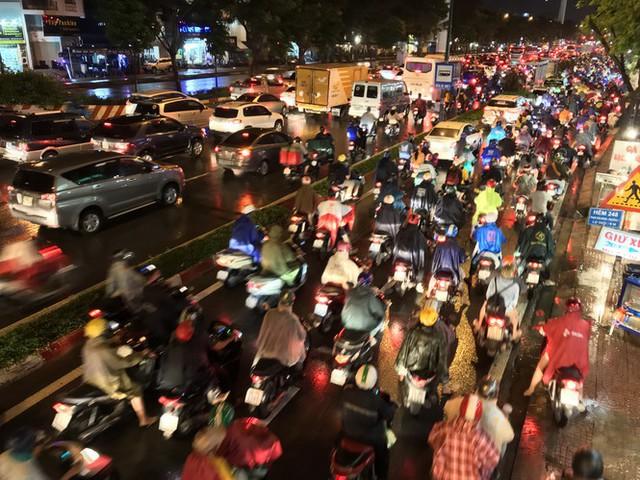 Đường phố Sài Gòn kẹt xe kinh hoàng sau cơn mưa chiều - Ảnh 4.