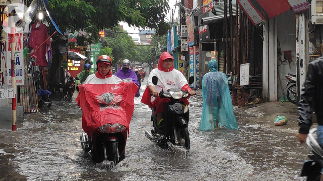 Hà Nội đón mưa lớn sau chuỗi ngày nắng hanh, người dân vui mừng vì ô nhiễm không khí được giảm đáng kể - Ảnh 5.