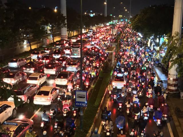 Đường phố Sài Gòn kẹt xe kinh hoàng sau cơn mưa chiều - Ảnh 5.