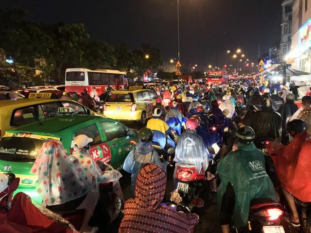 Đường phố Sài Gòn kẹt xe kinh hoàng sau cơn mưa chiều - Ảnh 6.