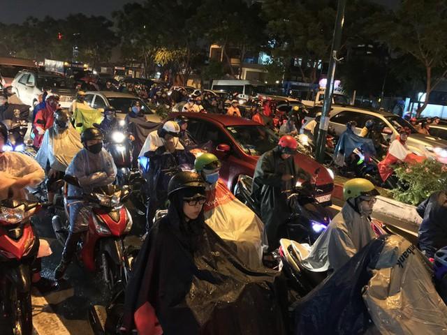 Đường phố Sài Gòn kẹt xe kinh hoàng sau cơn mưa chiều - Ảnh 7.