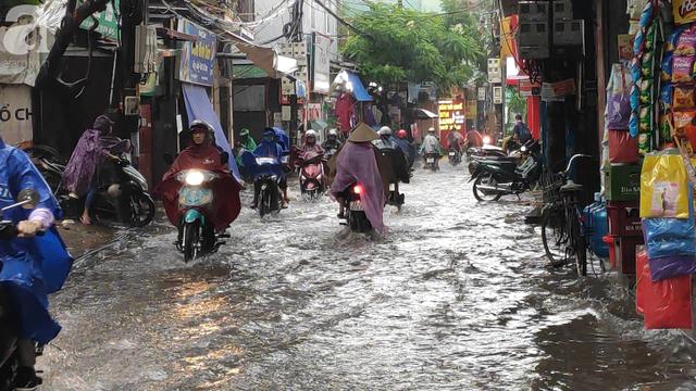 Hà Nội đón mưa lớn sau chuỗi ngày nắng hanh, người dân vui mừng vì ô nhiễm không khí được giảm đáng kể - Ảnh 8.