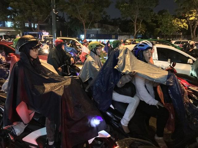 Đường phố Sài Gòn kẹt xe kinh hoàng sau cơn mưa chiều - Ảnh 8.