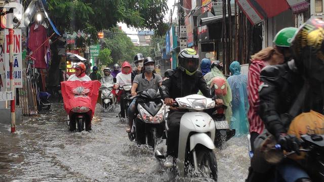 Hà Nội đón mưa lớn sau chuỗi ngày nắng hanh, người dân vui mừng vì ô nhiễm không khí được giảm đáng kể - Ảnh 9.