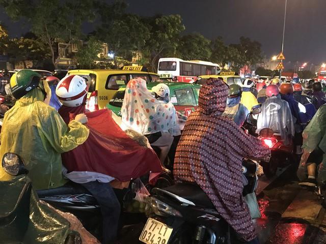 Đường phố Sài Gòn kẹt xe kinh hoàng sau cơn mưa chiều - Ảnh 9.
