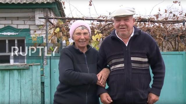 Nông dân Ukraine dùng rương Louis Vuitton 130 năm tuổi để đựng ngô cho gà - Ảnh 1.
